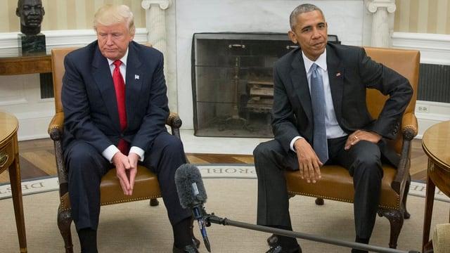 Obama und Trump auf Stühlen.