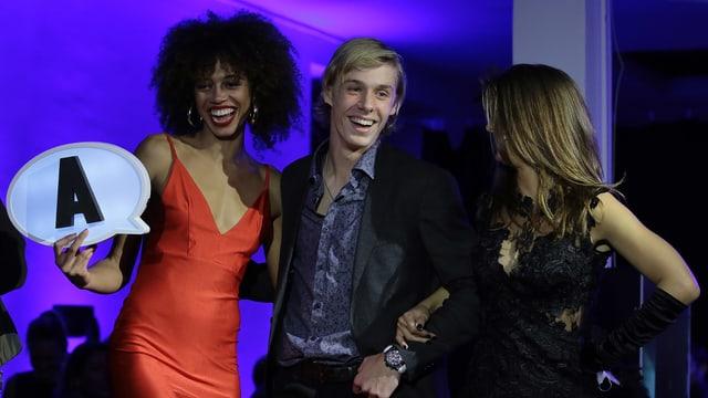 Denis Shapalov bei der Zeremonie von Models begleitet.