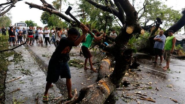Abitants sin las Filippinas gidan sez a rumir ils fastizs da la devastaziun dal taifun.