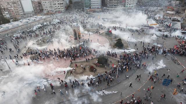 Taksim-Platz in der Türkei: Die Polizei setzt grossflächig Tränengas ein.