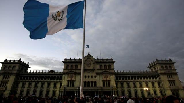 Bandiera da Guatemala avant il National Palace a Guatemala.