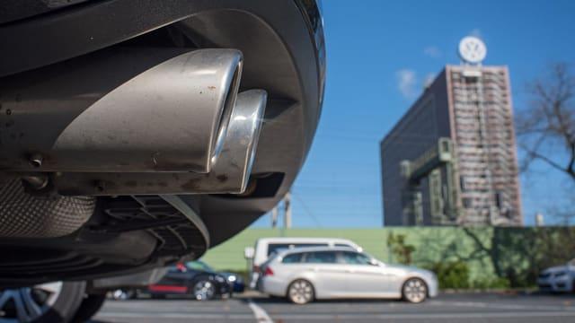 Auspuffrohre und im Hintergrund die VW-Zentrale