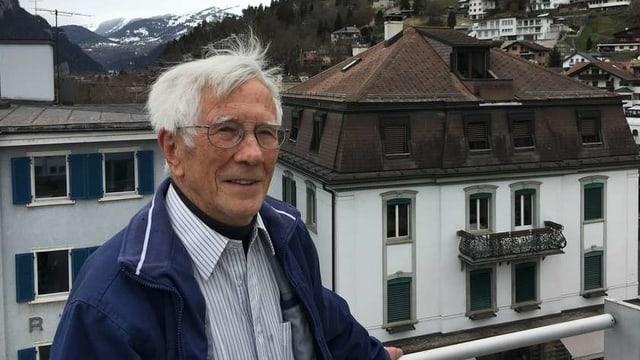 Martin Fontana steht an einer Brüstung, im Hintergrund Chur