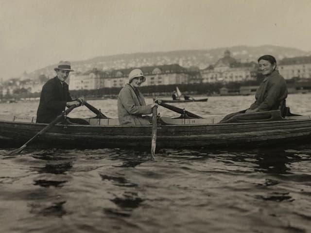 3 Personen auf einem Boot.