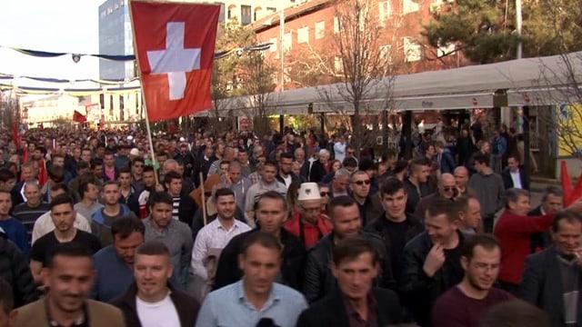 Schweizer mit kosovarischem Hintergrund protestieren gegen die Regierung in Pristina.
