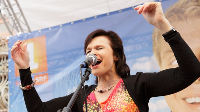 Regi Sager ist beim Singen voll in ihrem Element.