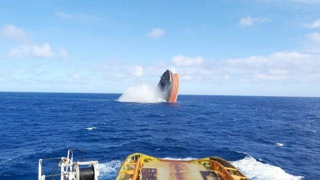 Ein Teil des harvarierten Frachters wurde planmässig im Meer versenkt.
