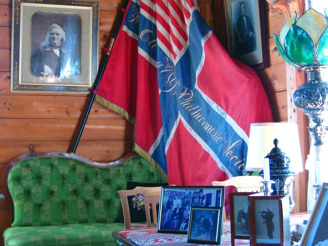 Innenaufnahme von Bulls Wohnraum mit Flagge