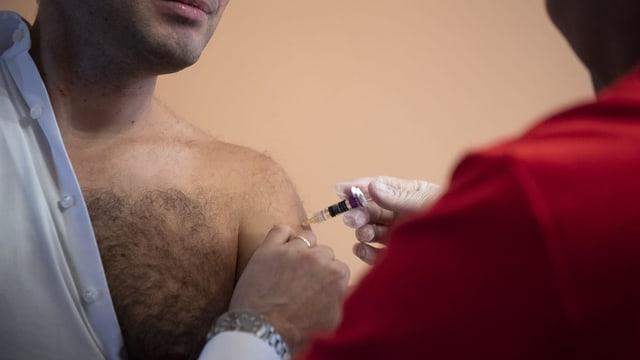 Ständerat Caroni lässt sich gegen Grippe im Impfen am Impftag des Parlaments.