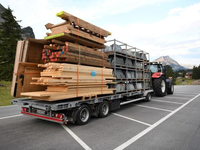 Lastwagen und Traktors lieferten Tonnen von Material.