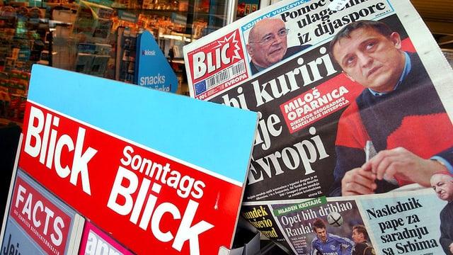 «Blick»-Werbung und «Blic»-Titelseite.