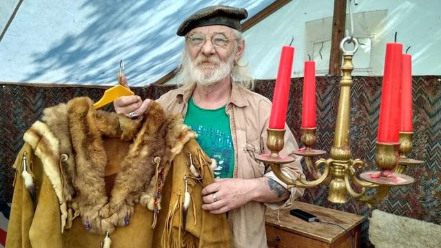 Mann mit Bart hält Indianerkostüm