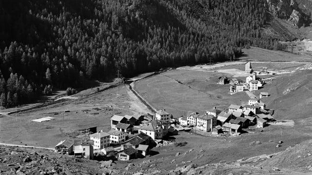 Das alte Dorf Marmorera auf einer Schwarz-Weiss Aufnahme. Jetzt befindet sich da ein Stausee.