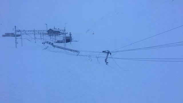 Vista vers la staziun da tren sin il pass da l'Alpsu.