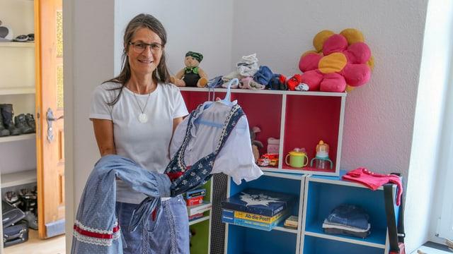 Sonja Vinzens presenta in vestgì ch'ella ha survegnia.