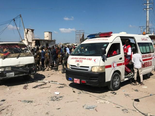 Sanitäter versorgen Opfer an der Kontrollstelle, an der sich die Detonation ereignet hat.