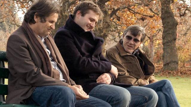 3 Männer sitzen auf einer Bank und philosophieren