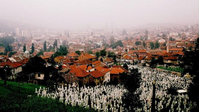 Blick auf das neblige Sarajevo.