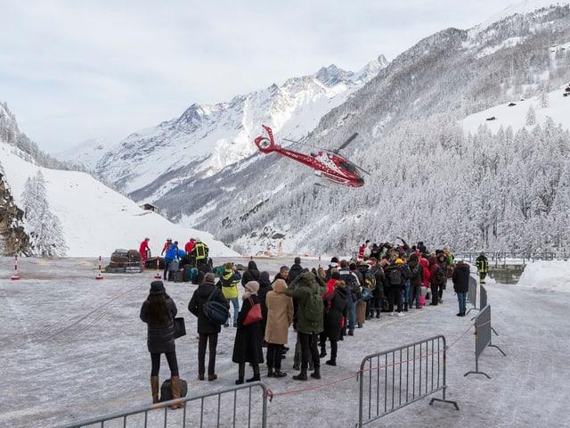 Die Air Zermatt fliegt am Mittwoch laufend Touristen aus dem Walliser Dorf aus.