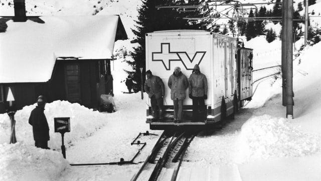 In den 1970er-Jahren werden die Reportagewagen noch auf Schienen nach Wengen gefahren.