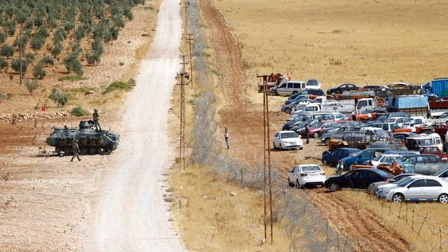 Stacheldraht teilt Syrien und die Türkei. Auf der syrischen Seite sammeln sich Flüchtlinge.