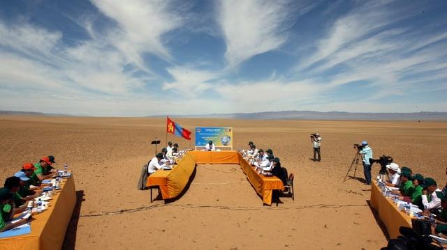 Eine demonstrative Kabinettssitzung der mongolischer Regierung in der Wüste als Protest gegen den Klimawandel.