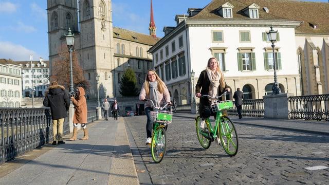 Zwei Velofahrerinnen auf Limebikes in Zürich
