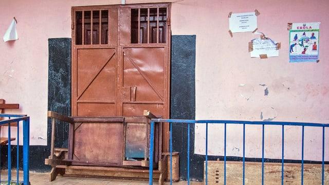 Verbarrikadierte Türe eines Spitals