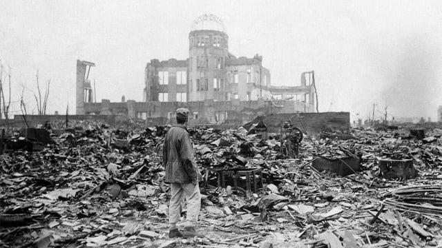 Alliierter Soldat betrachtet die Trümmerlandschaft in Hiroshima 1945.