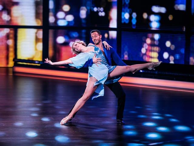 Frau und Mann beim Tanzen