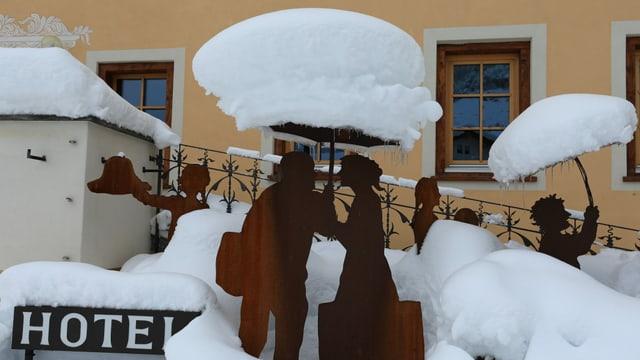 Verschneiter Hoteleingang im Val Müstair.
