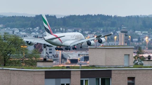 Flugzeug über Kloten. Es scheint, als würde das Flugzeug fast die Dächer berühren.