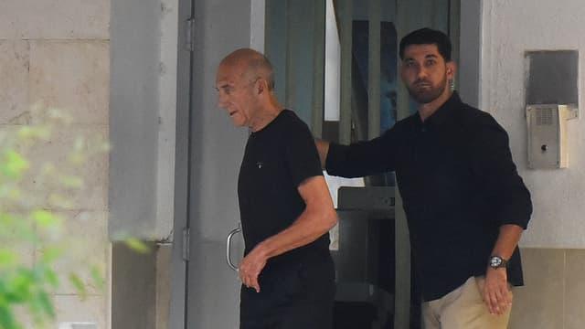 Ehud Olmert beim Verlassen der Haftanstalt Maasijahu in der Nähe von Tel Aviv