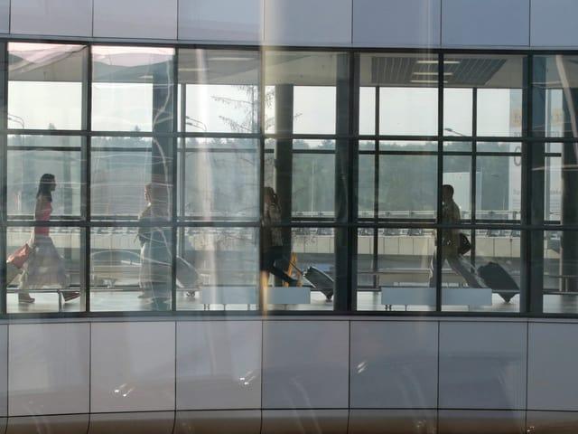Transitpassagiere am Flughafen Scheremetjewo in Moskau überqueren einen Gang. (reuters)