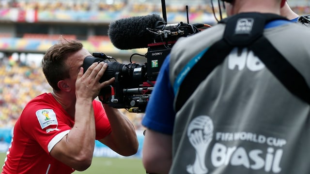 Xherdan Shaqiri küsst eine TV-Kamera.
