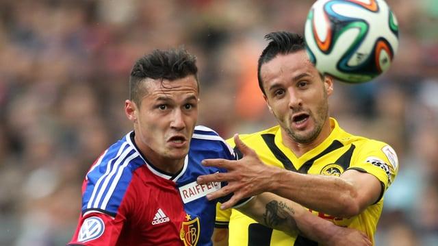 Basels Xhaka (links) gegen den Berner Nuzzolo.