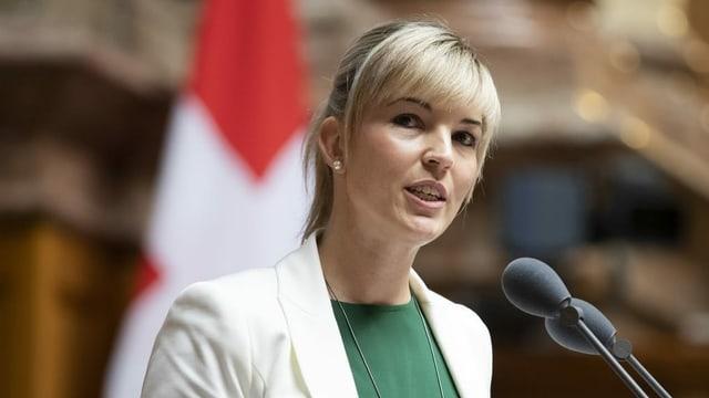 SVP-Nationalrätin Diana Gutjahr am Rednerpult im Parlament