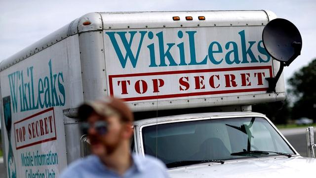 camiunetta cun l'inscripziun wikileaks, top secret
