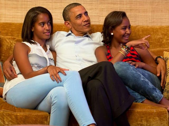 Obama (Mitte) kuschelt mit seinen beiden Töchtern Malia (links) und Sasha (rechts)