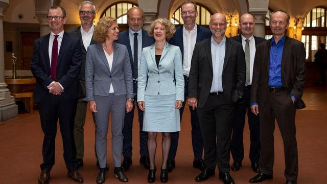 Die 9 Zürcher Stadträte posieren für ein Gruppenfoto.