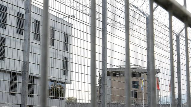 Das Gefängnis Champ-Dollon durch den Absperrzaun fotografiert