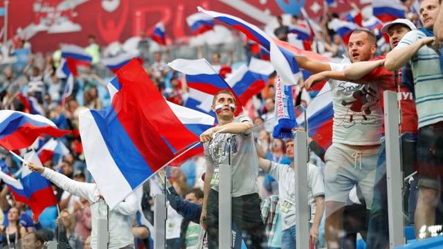 Fussballfans mit russischen Fahnen im Stadion.