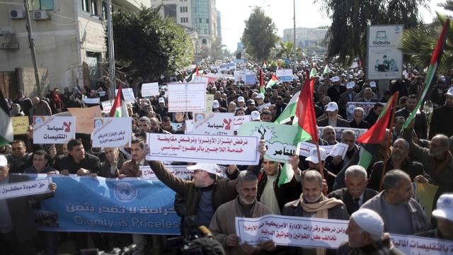 UNRWA-Mitarbeiter demonstrieren in Gaza gegen den US-Entscheid.