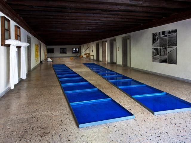 Blick in den grosszügigen Raum mit zahlreichen Installationen.