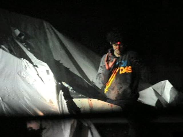Bild von Dschochar Zarnajew bei seiner Festnahme. Der Laserstrahl eines Scharfschützengewehrs ist auf seine Stirn gerichtet.