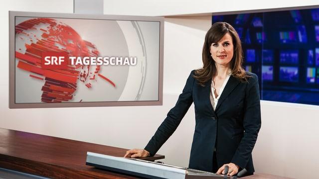 Moderatorin Cornelia Boesch am Moderationspult mit Tagesschau-Logo im Hintergrund auf einem Bildschirm
