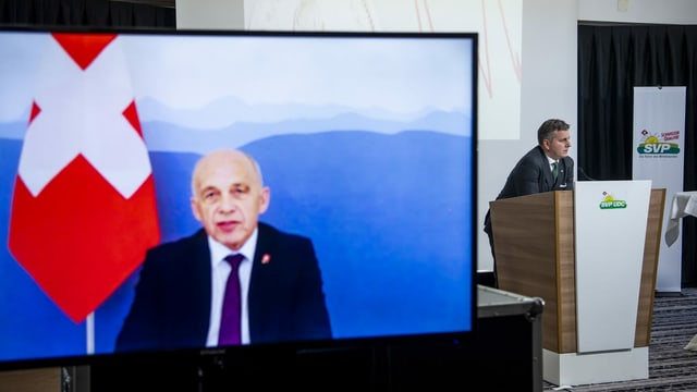 Ueli Maurer sin in visur durant conferenza virtuala.