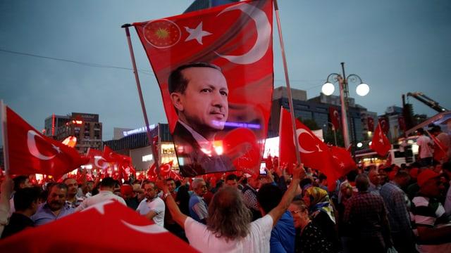 Demonstrant hält Türkei-Fahne mit Erdogan-Konterfei