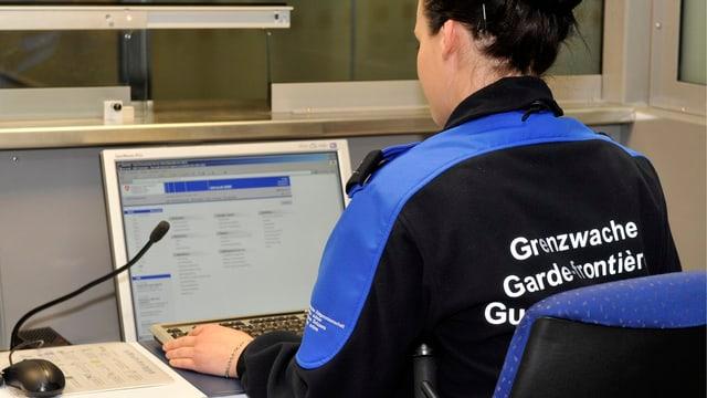 Mitarbeiterin der Grenzwache am Computer.