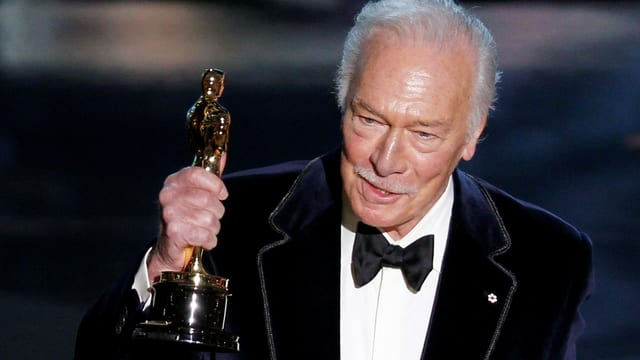 Alter Mann hält Oscar.